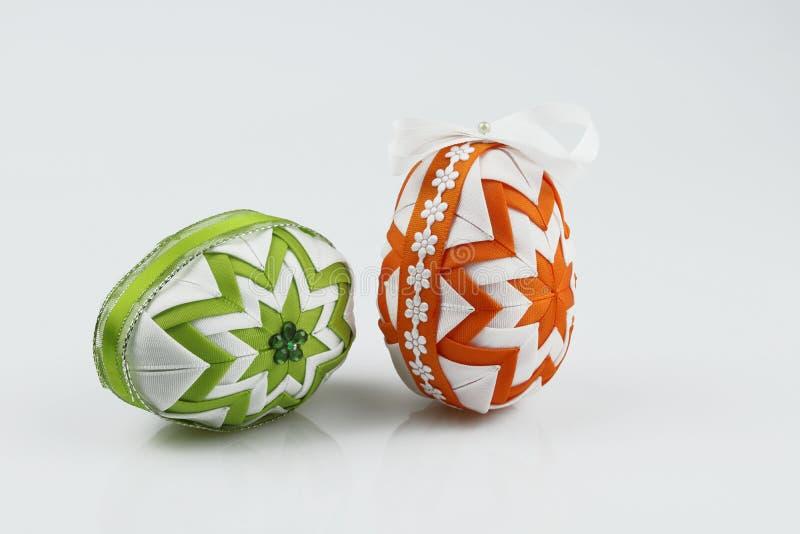 Huevos de Pascua, hechos en la técnica del remiendo, aislada en el fondo blanco imagen de archivo libre de regalías