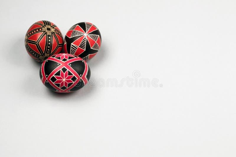 Huevos de Pascua hechos a mano étnicos perfectos Adornado con los modelos imagen de archivo libre de regalías
