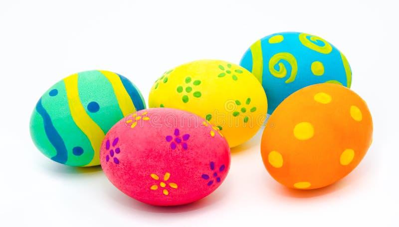 Huevos de Pascua hechos a mano coloridos aislados en un blanco imagen de archivo