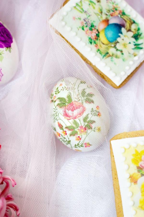 Huevos de Pascua hermosos adornados con las servilletas de papel y las flores en el fondo blanco de Tulle fotografía de archivo libre de regalías
