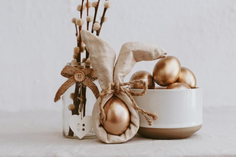 Huevos de Pascua Idea de moda de Bunny Linen Napkin Wrapping Diy fotografía de archivo libre de regalías
