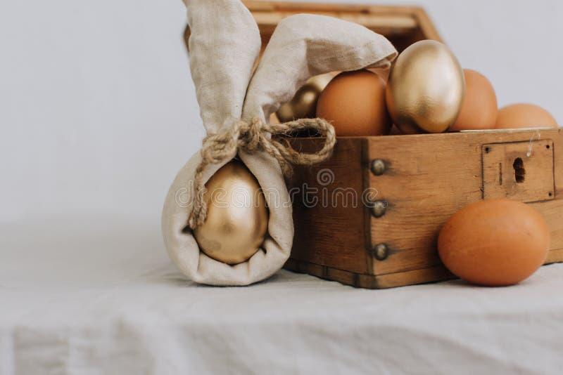 Huevos de Pascua Idea de moda de Bunny Linen Napkin Wrapping Diy imagenes de archivo