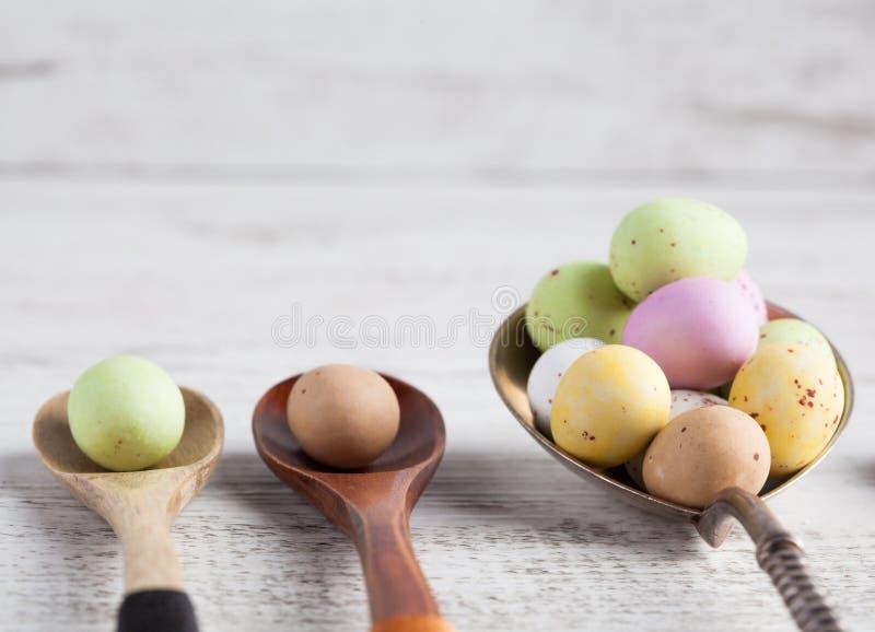 Huevos de Pascua - manchados y azúcar cubrió en spo de madera y de plata imagen de archivo