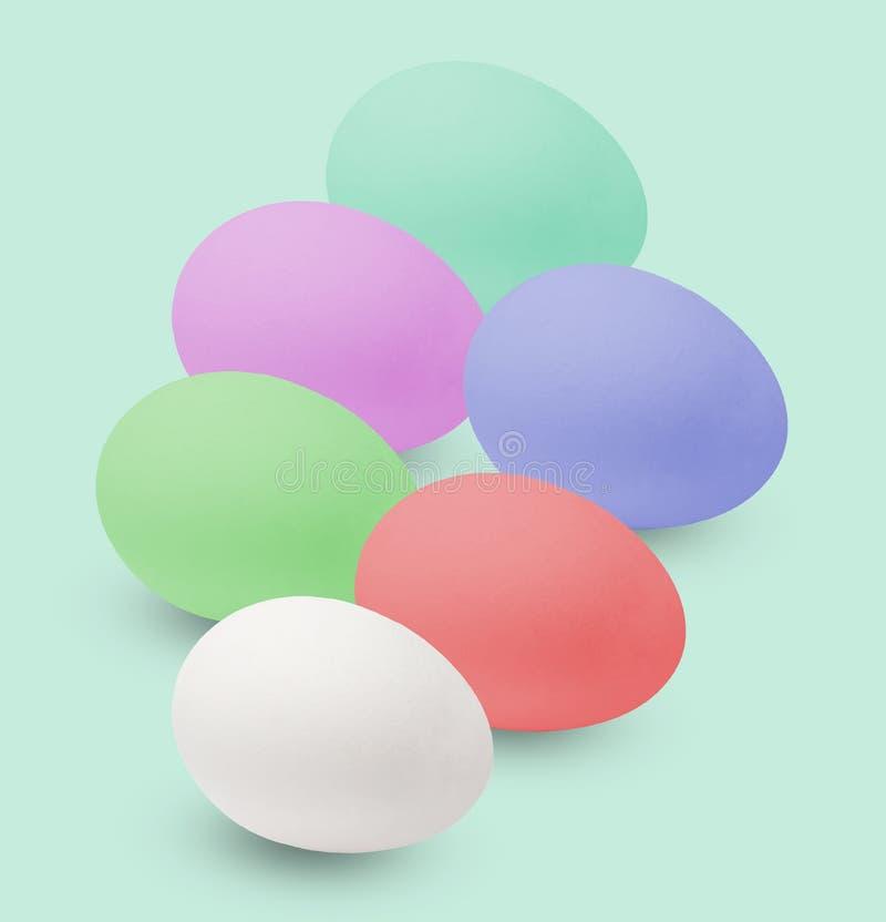 Huevos de Pascua multicolores Día de fiesta en la casa Aislado en fondo verde claro foto de archivo libre de regalías