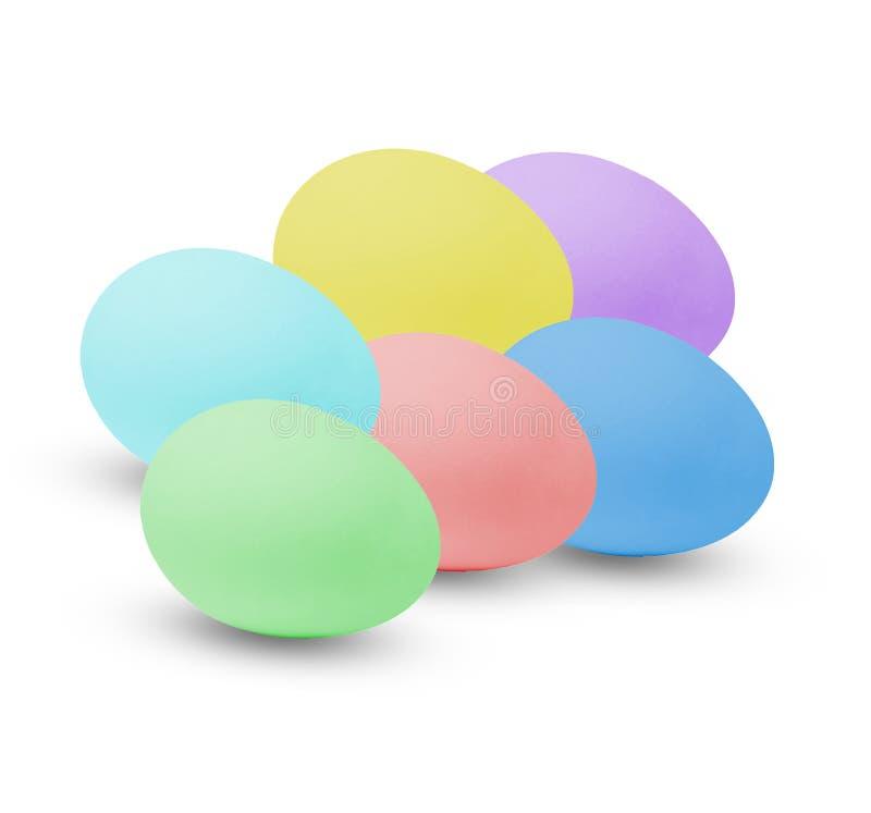 Huevos de Pascua multicolores D?a de fiesta en la casa Fondo aislado blanco imágenes de archivo libres de regalías