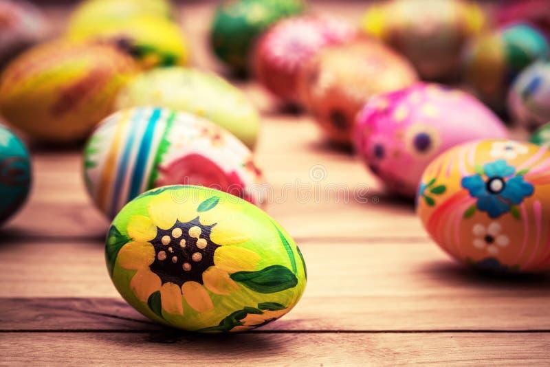 Huevos de Pascua pintados a mano coloridos en la madera Hecho a mano único, vint imagen de archivo