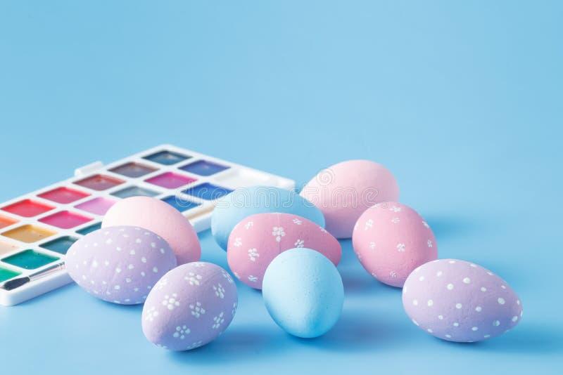 Huevos de Pascua pintados a mano en colores en colores pastel foto de archivo libre de regalías