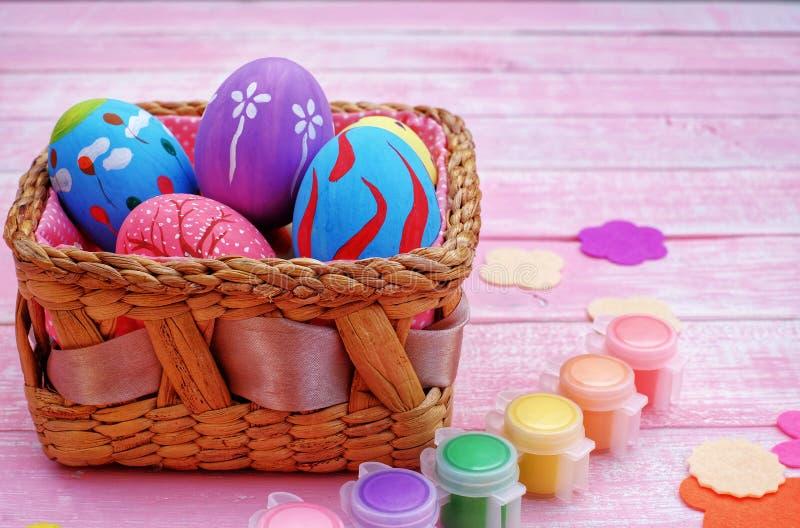 Huevos de Pascua pintados a mano en colores pastel con el fondo rosado fotos de archivo libres de regalías