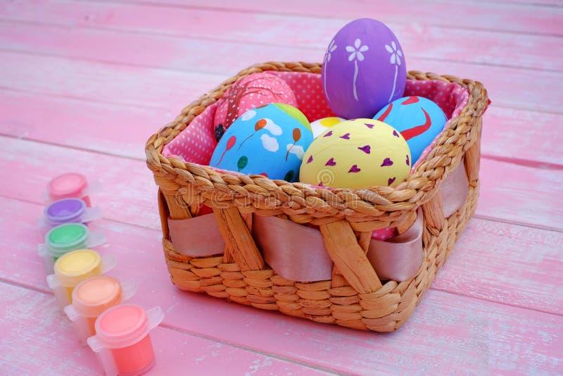 Huevos de Pascua pintados a mano en colores pastel con el fondo rosado imágenes de archivo libres de regalías