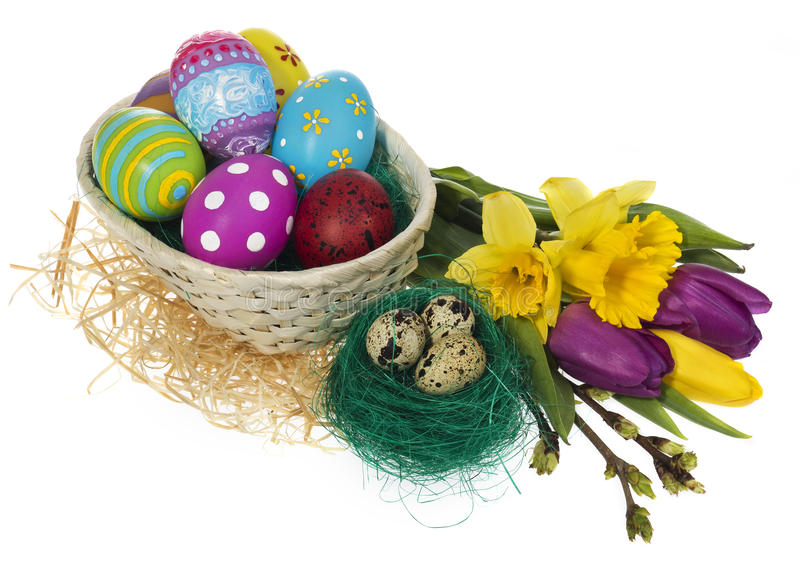 Huevos de Pascua pintados a mano en jerarquía del ` s del pájaro y en la cesta imagen de archivo