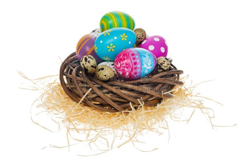 Huevos de Pascua pintados a mano en modelos multicolores y decoraciones en n foto de archivo libre de regalías