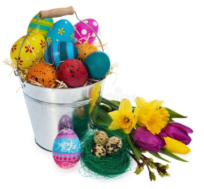 Huevos de Pascua pintados a mano en una guirnalda de mimbre, jerarquía del ` s del pájaro y adentro imagenes de archivo