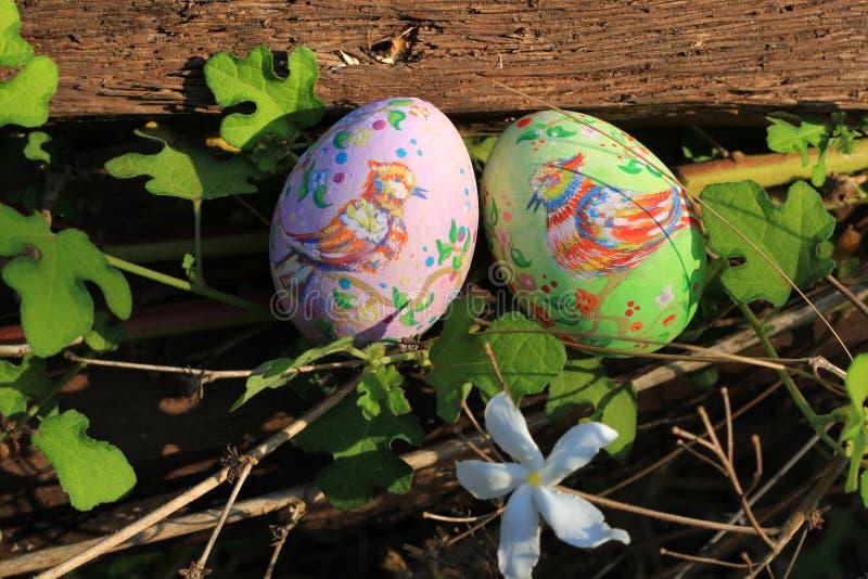 Huevos de Pascua pintados ocultados en la hierba, lista para el juego tradicional del juego de la caza del huevo de Pascua foto de archivo libre de regalías