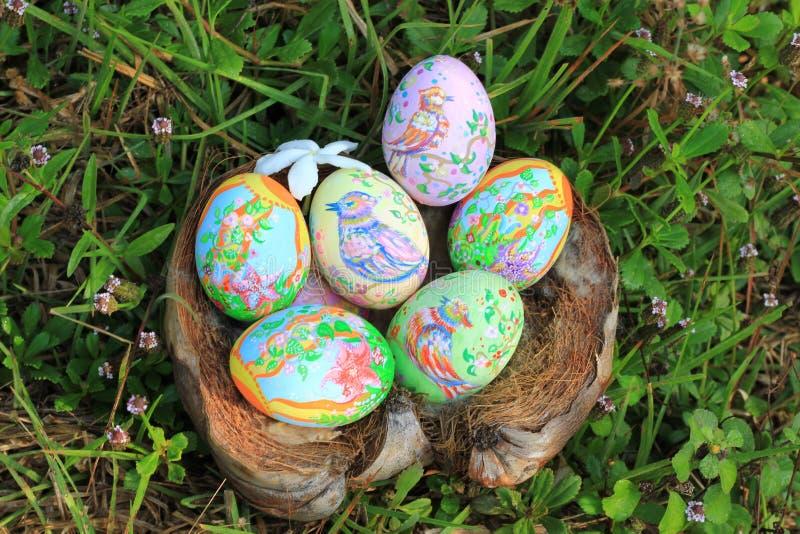 Huevos de Pascua pintados ocultados en la hierba, lista para el juego tradicional del juego de la caza del huevo de Pascua imágenes de archivo libres de regalías