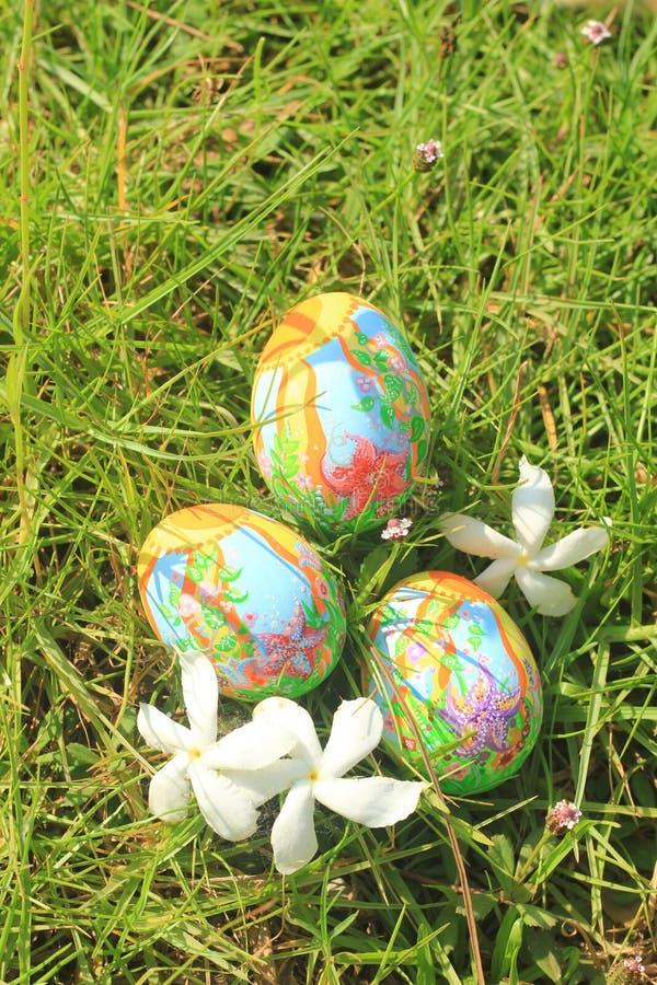 Huevos de Pascua pintados ocultados en la hierba, lista para el juego tradicional del juego de la caza del huevo de Pascua imagen de archivo libre de regalías