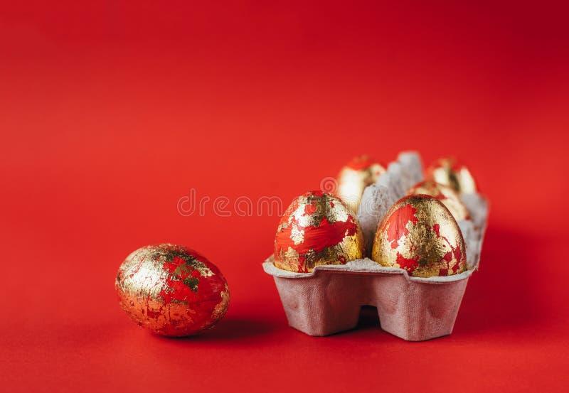 Huevos de Pascua pintados rojos en fondo rojo fotografía de archivo libre de regalías