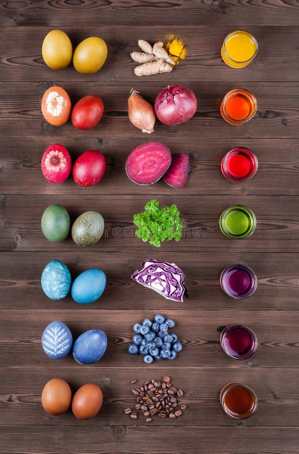 Huevos de Pascua teñidos naturales imagenes de archivo