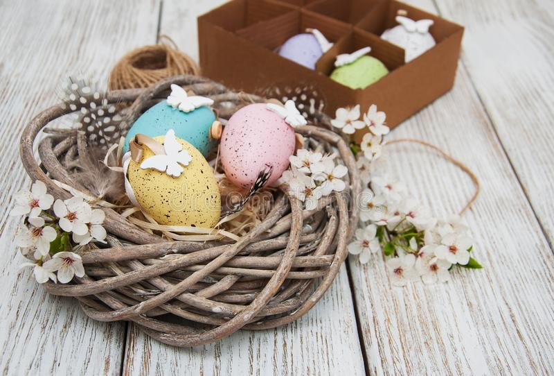 Huevos de Pascua y flor de la primavera imagen de archivo libre de regalías