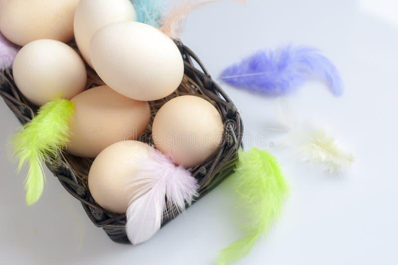 Huevos del color de Pascua en un fondo azul imágenes de archivo libres de regalías