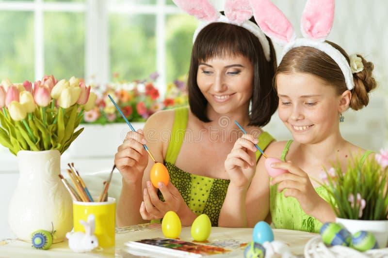 Huevos del colorante de la madre y de la hija fotos de archivo