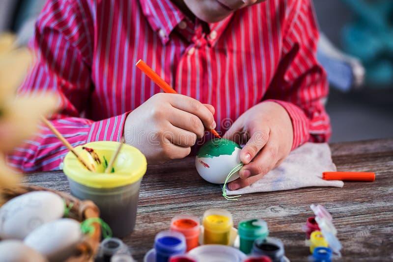 Huevos del colorante para el eastertime en casa ¡Pascua feliz! Una madre y fotos de archivo