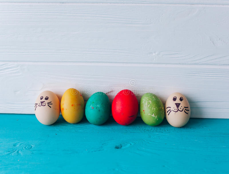 Huevos del concepto de Pascua en un fondo de madera imagenes de archivo
