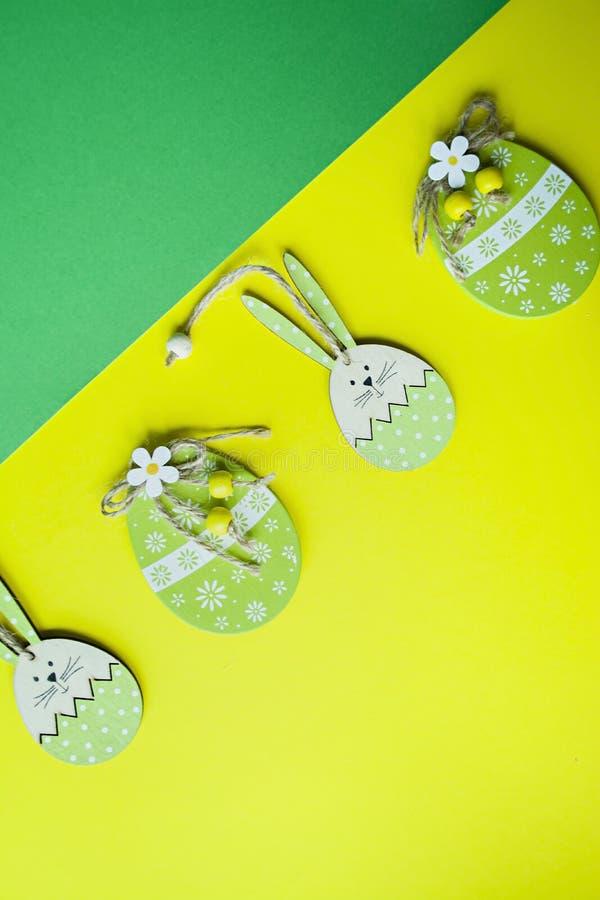 Huevos del conejito de pascua y de Pascua en un fondo amarillo Visi?n desde arriba copie el espacio, espacio para el texto foto de archivo libre de regalías