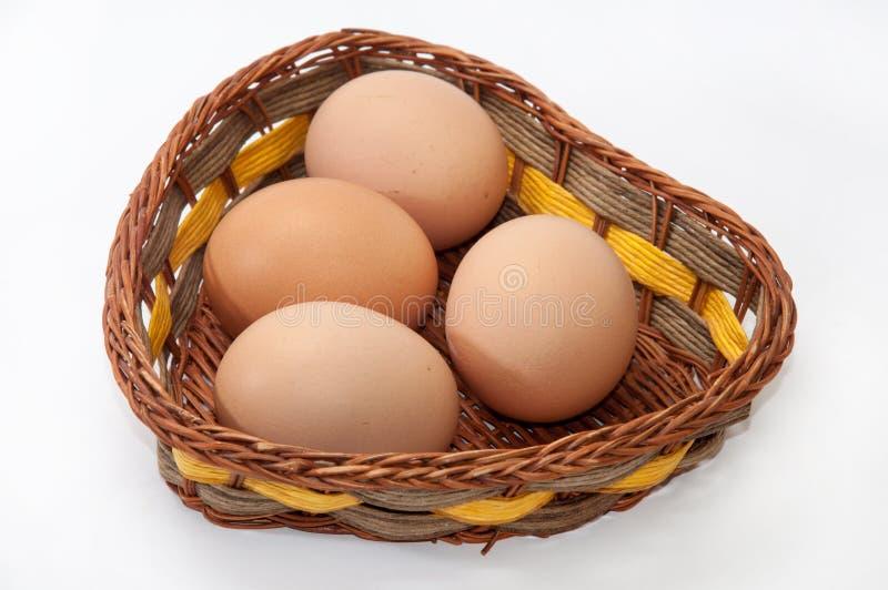 Huevos del pollo en una cesta de mimbre fotos de archivo