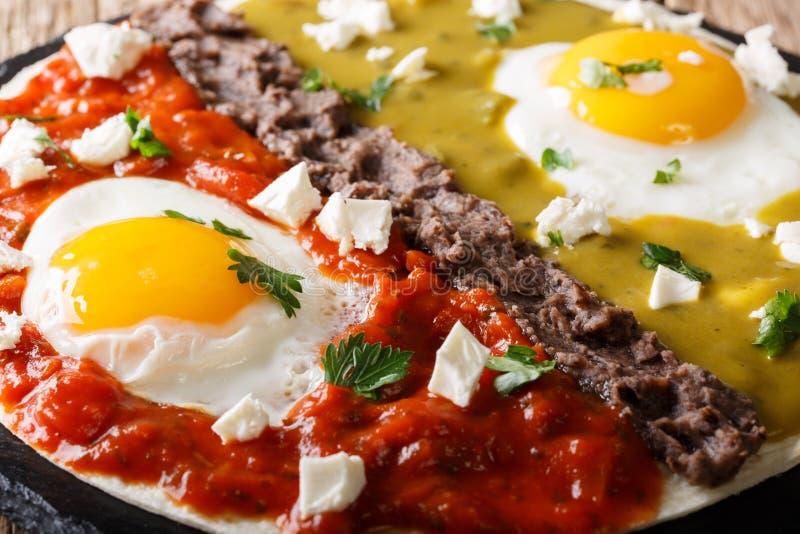 Huevos divorciados,在玉米粉薄烙饼的煎蛋与两辣调味汁 免版税库存图片