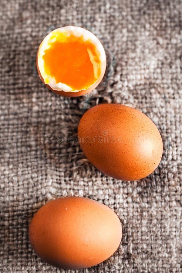 Huevos duros con la yema de huevo anaranjada en estilo rústico en el CCB de madera imágenes de archivo libres de regalías