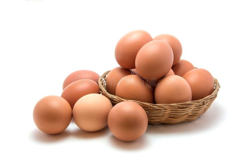 Huevos en cesta imagen de archivo