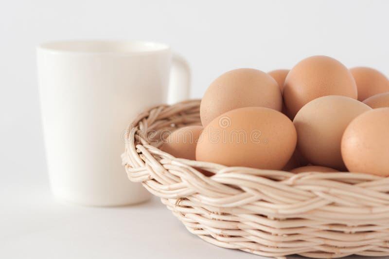 Huevos en el basket01 imagen de archivo