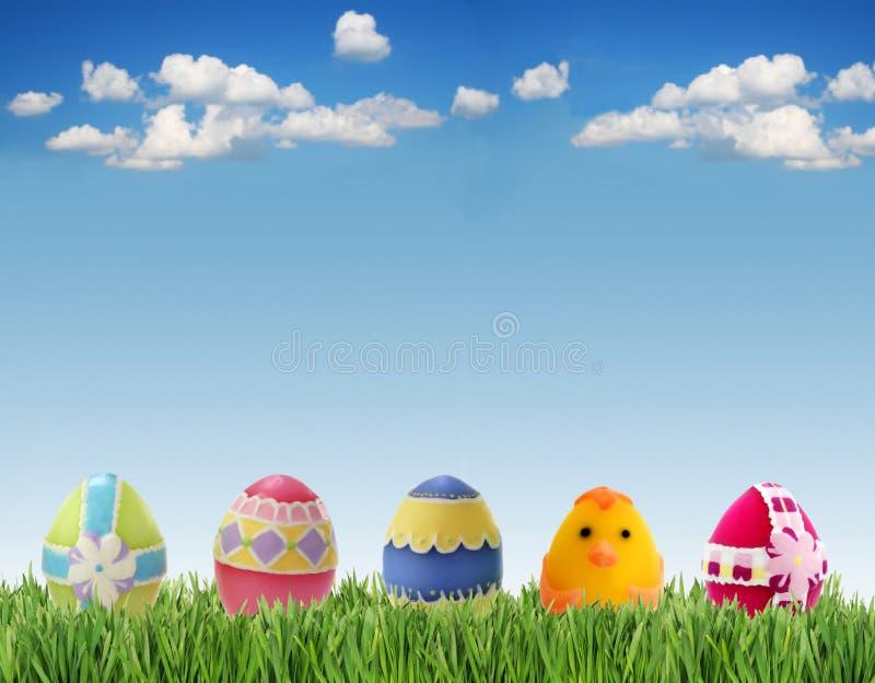Huevos en hierba imagenes de archivo