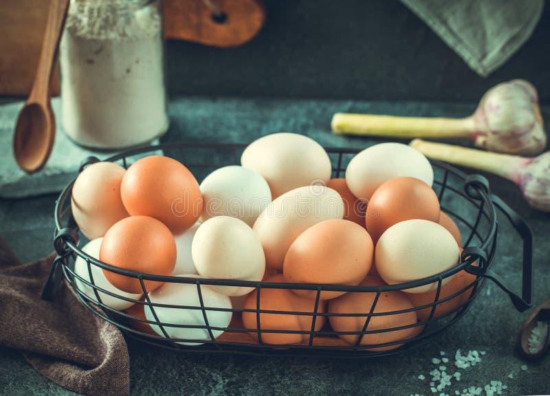 Huevos en la cesta de alambre horizontal fotos de archivo