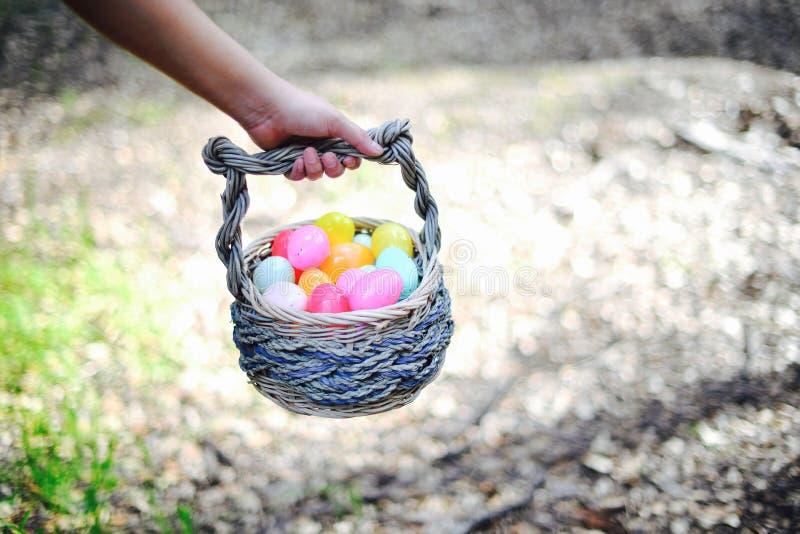 Huevos en la cesta imagen de archivo libre de regalías