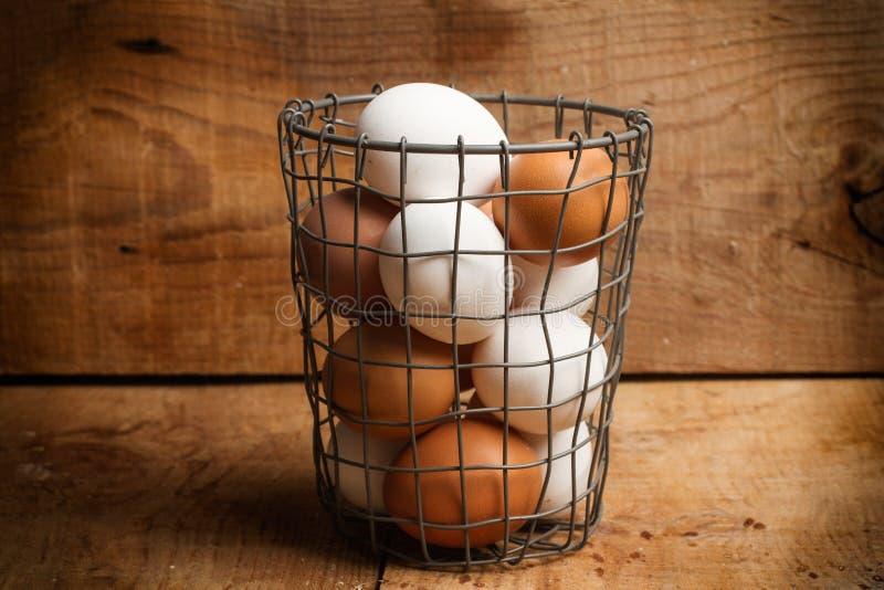 Huevos en un cuenco del alambre fotografía de archivo libre de regalías