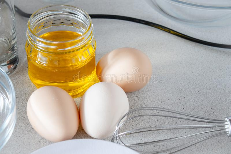Huevos en un fondo blanco imagen de archivo libre de regalías