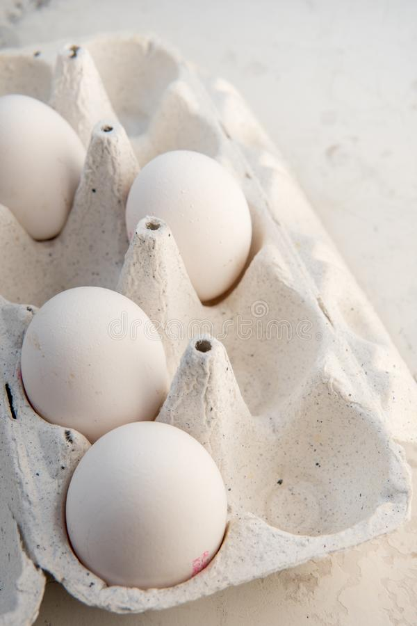 Huevos en una caja especial Cuatro huevos blancos fotografía de archivo