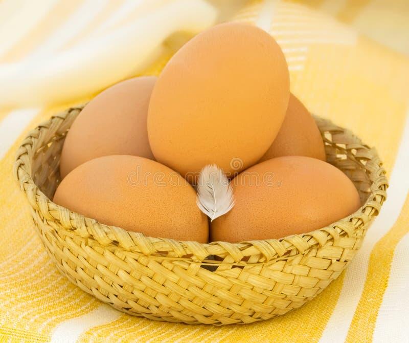 Huevos en una cesta de mimbre imagen de archivo