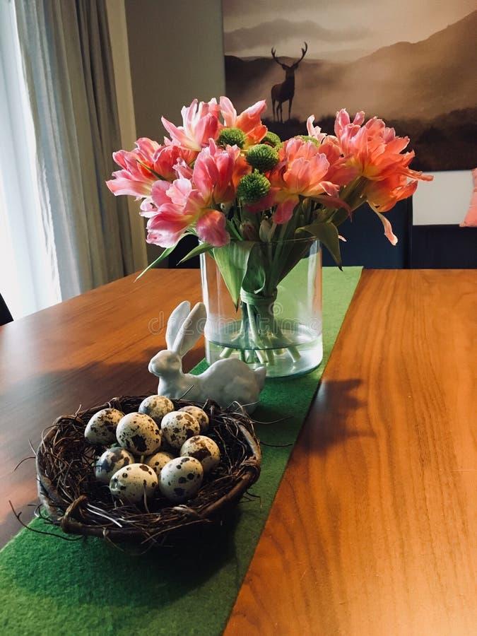 Huevos en una cesta en la tabla imagen de archivo libre de regalías
