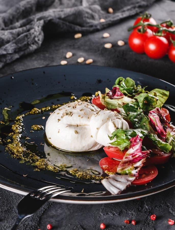 Huevos escalfados con la ensalada de las verduras frescas en fondo gris de la placa Desayuno vegetariano sano, consumici?n limpia fotos de archivo