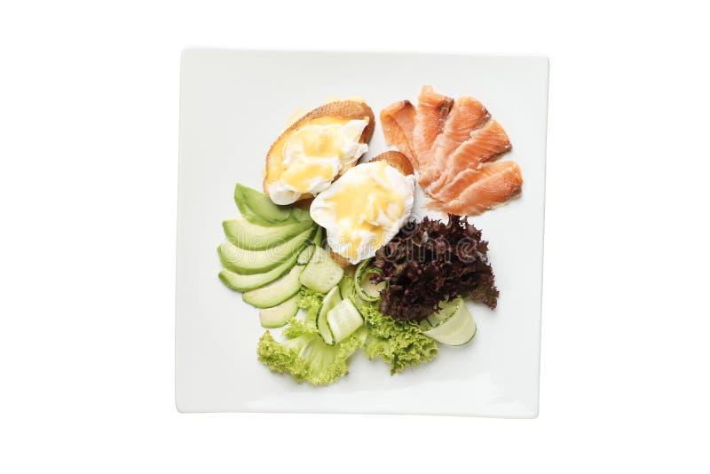 Huevos escalfados en tostada con los salmones y el aguacate imágenes de archivo libres de regalías