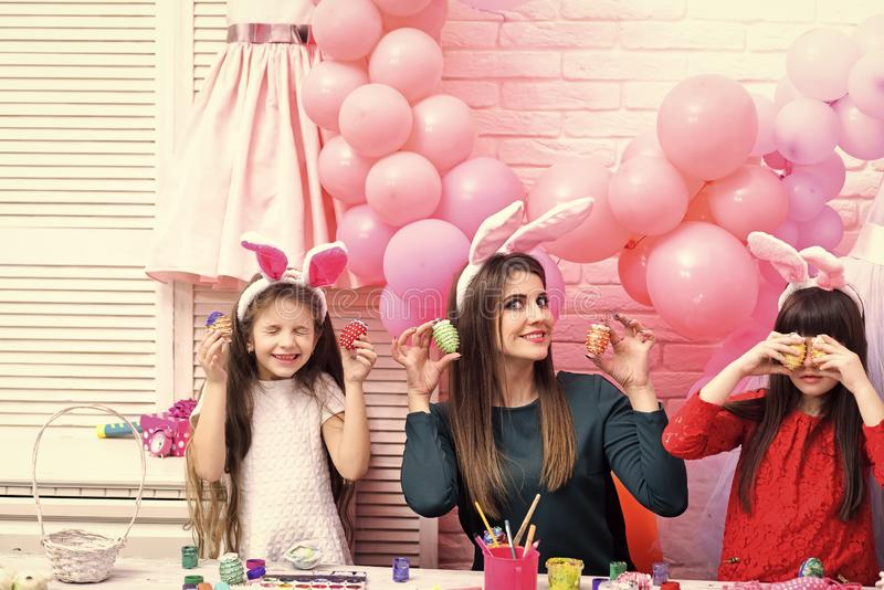 Huevos felices de la pintura de la familia para Pascua imagen de archivo