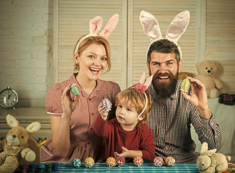 Huevos felices de la pintura de la familia de pascua fotos de archivo