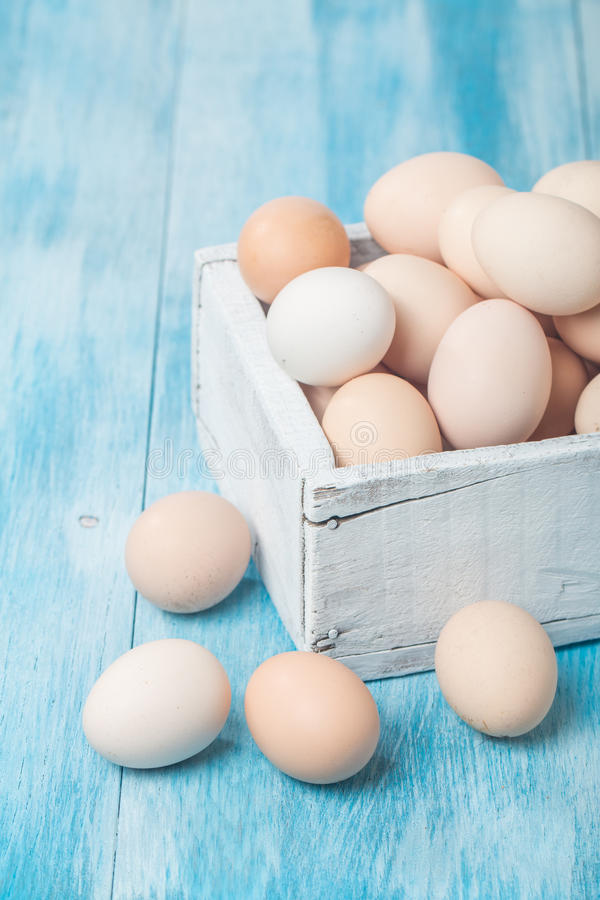 Huevos frescos del pollo de la granja en caja fotografía de archivo libre de regalías