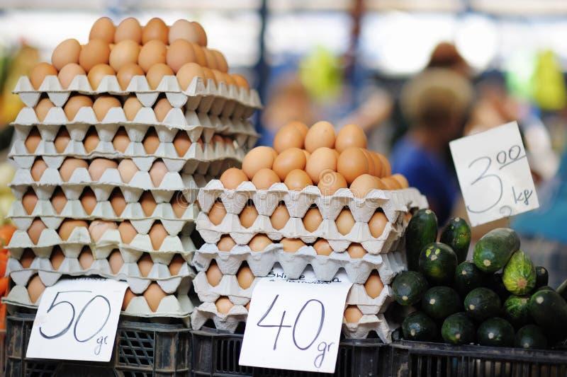 Download Huevos Frescos En El Mercado De Los Granjeros Foto de archivo - Imagen de cosecha, muchos: 44857726