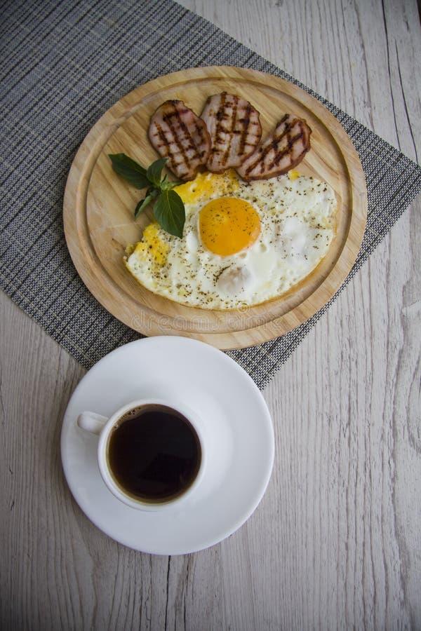Huevos fritos con cerdo fotos de archivo