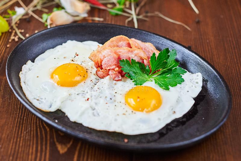 Huevos fritos con el faro en una placa de piedra foto de archivo libre de regalías