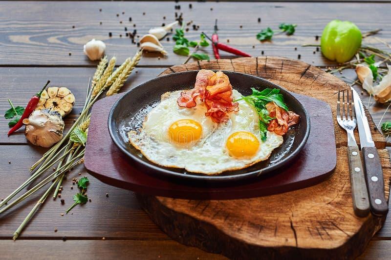 Huevos fritos con el faro en una placa de piedra fotos de archivo