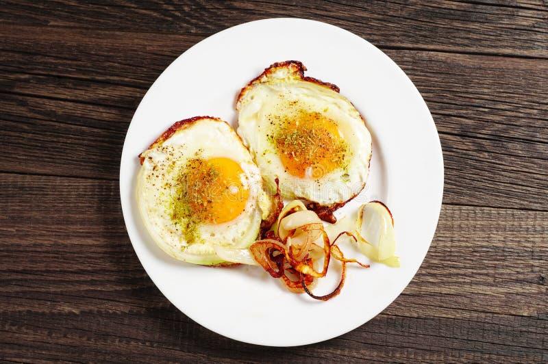Huevos fritos con la cebolla fotos de archivo